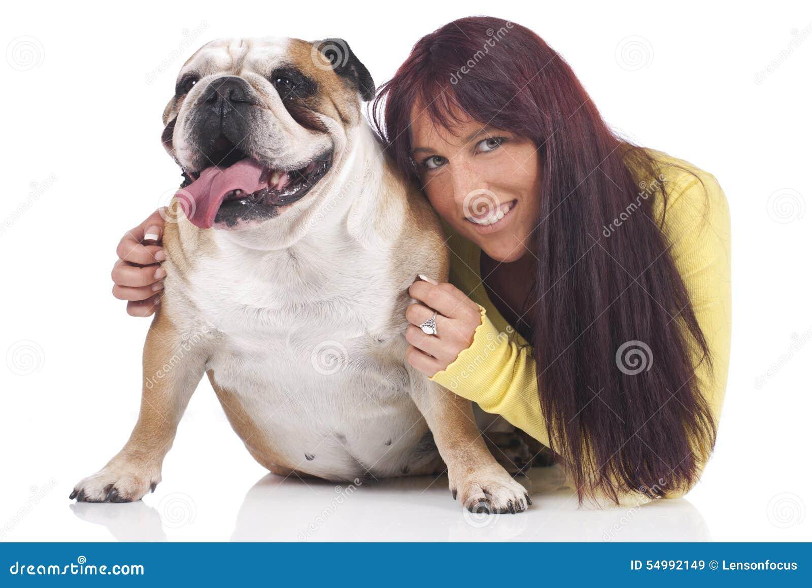 Den unga kvinnan kramar den engelska bulldoggen