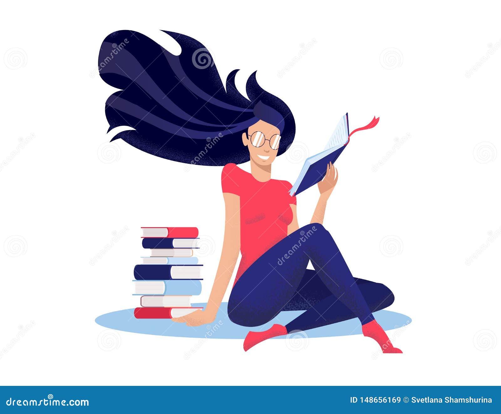 Den unga kvinnan l?ser boken som sitter p? golv, kors-lade benen p? ryggen nwet f?r att stapla av b?cker Runda exponeringsglas p?
