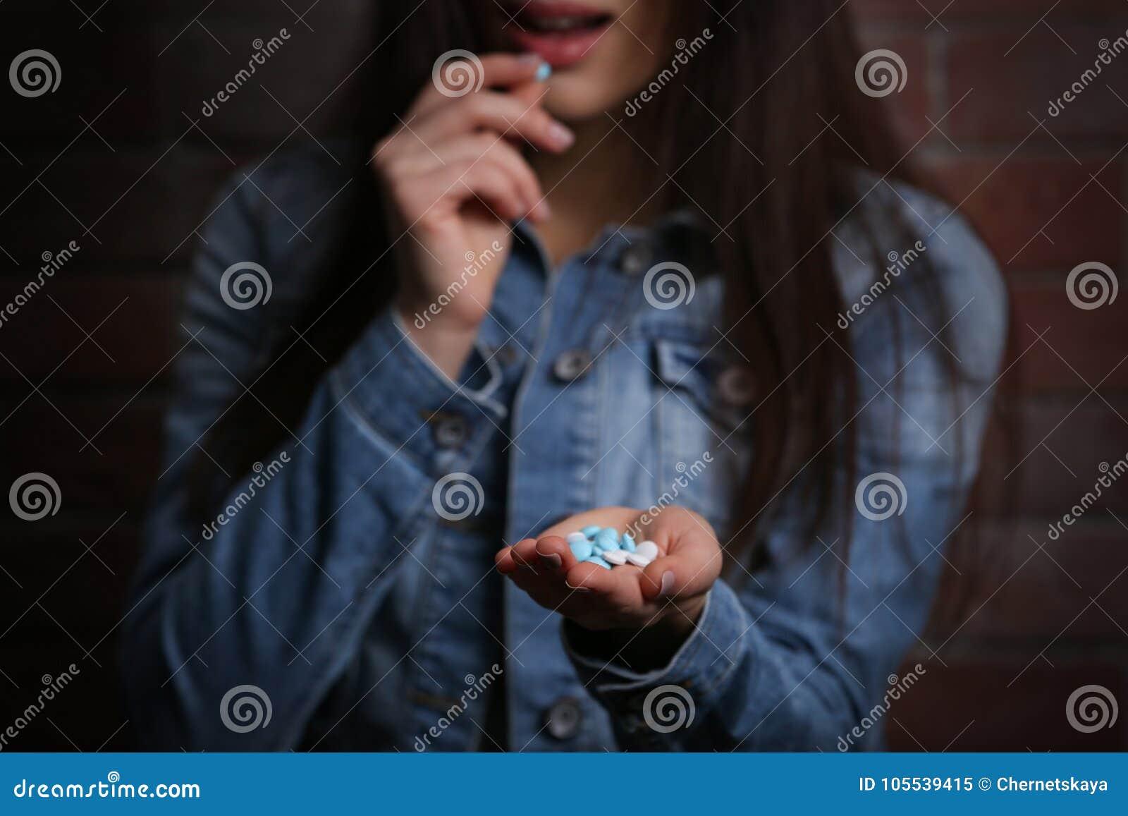 Den unga kvinnan som använder preventivpillerar för, begår självmord