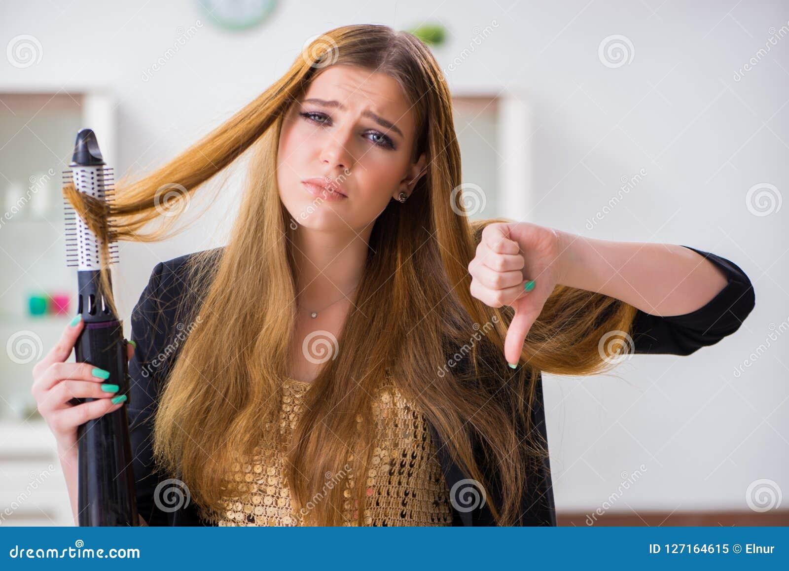 Den unga kvinnan som har en dålig hårdag