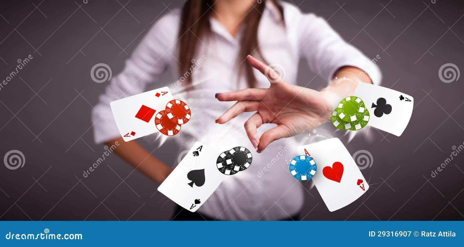 Den unga kvinnan som leker med poker, cards och gå i flisor
