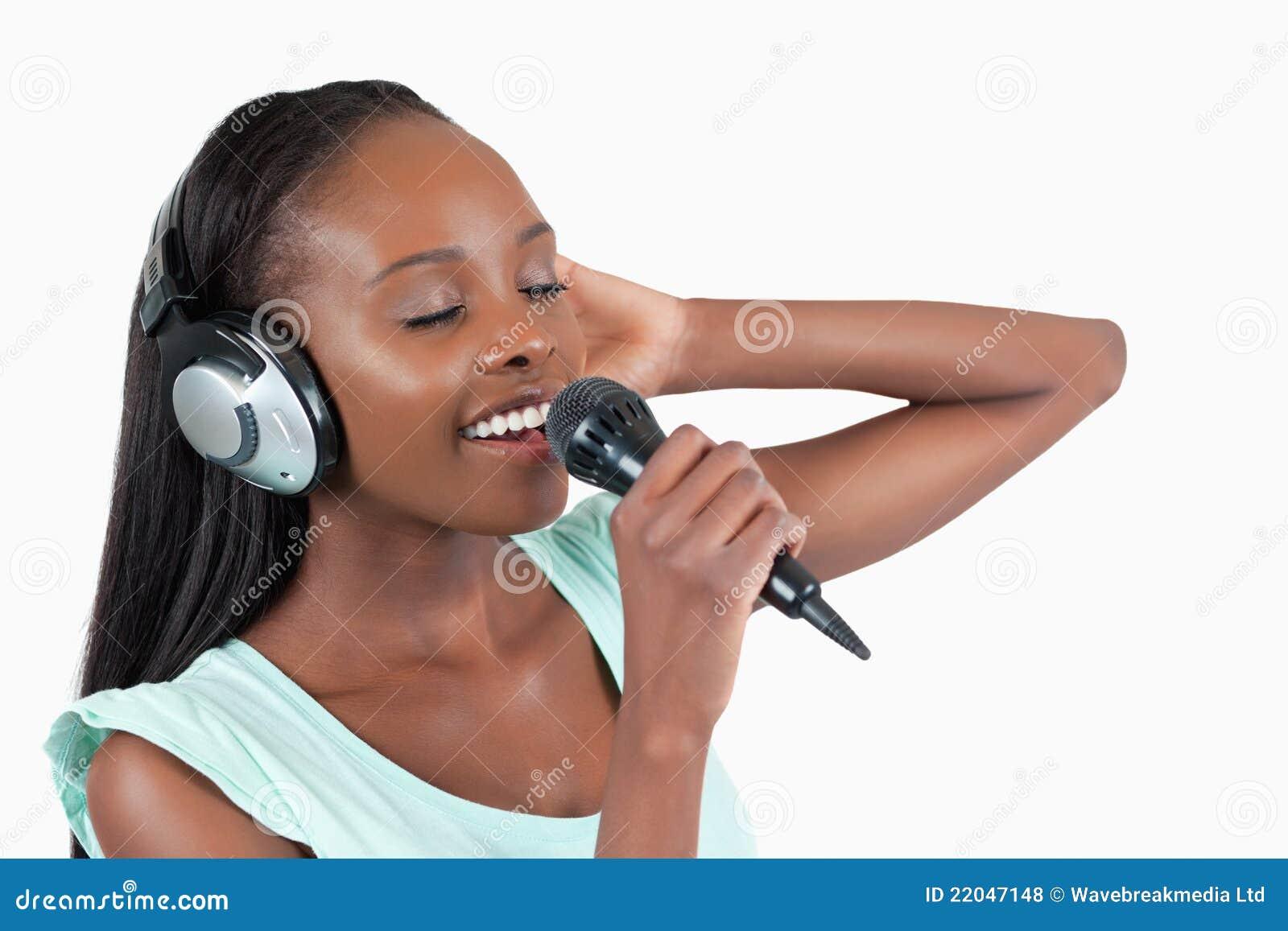 Den unga kvinnan tycker om att sjunga