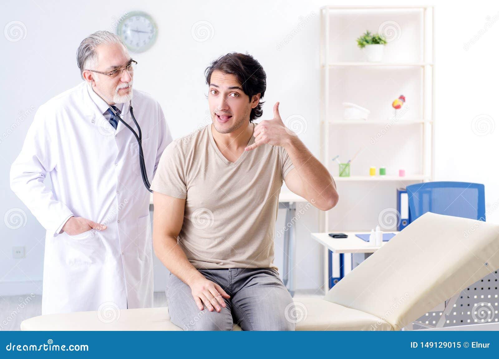 Den unga manliga patienten som bes?ker den gamla doktorn