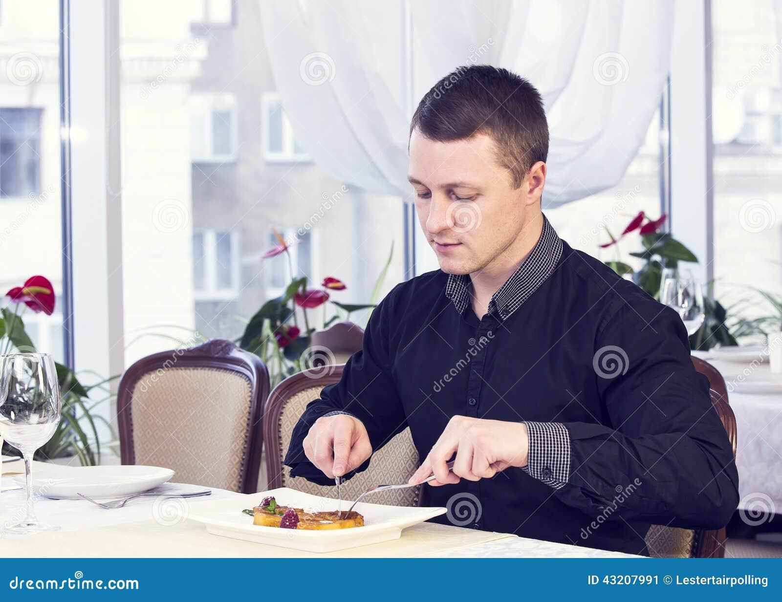 Download Den Unga Mannen äter Middag Fotografering för Bildbyråer - Bild av smak, tillfälle: 43207991