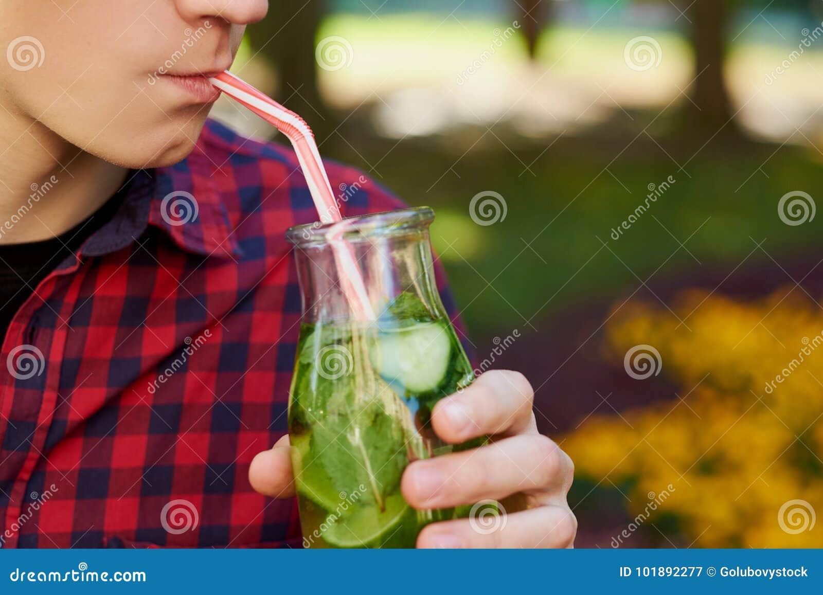 Den unga mannen dricker sunt detoxte