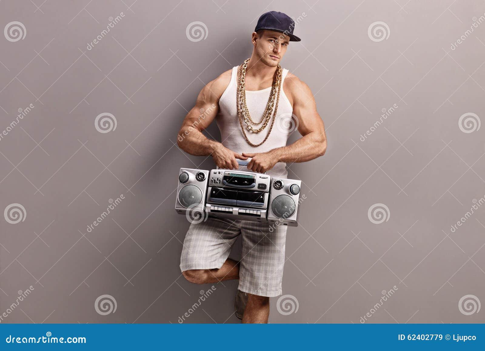 Den unga mannen i höft-flygtur beklär att rymma en radio