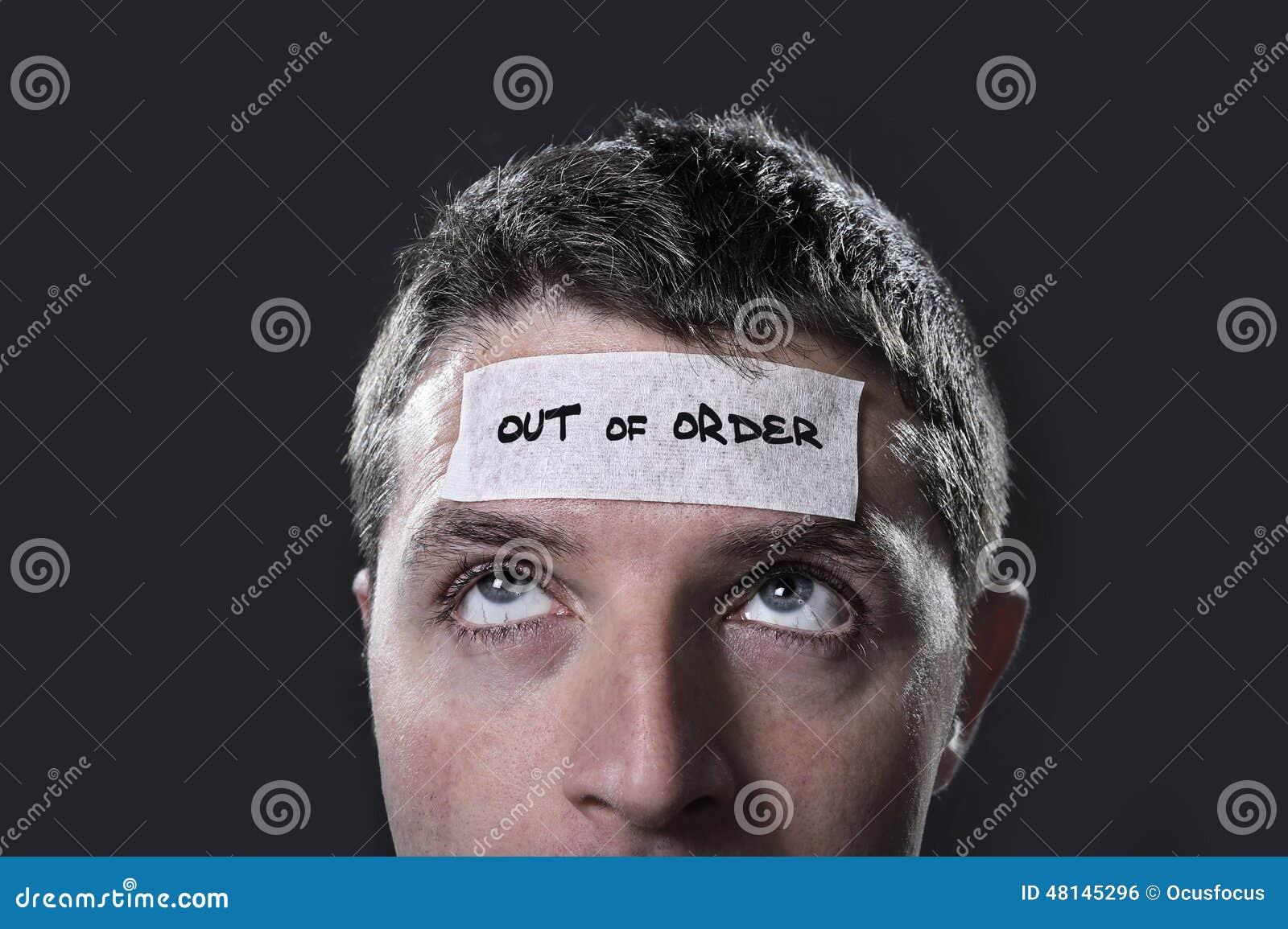 Den unga mannen med blåa ögon och bandet smsar ut ur beställning på pannan i torrt tömmer mening