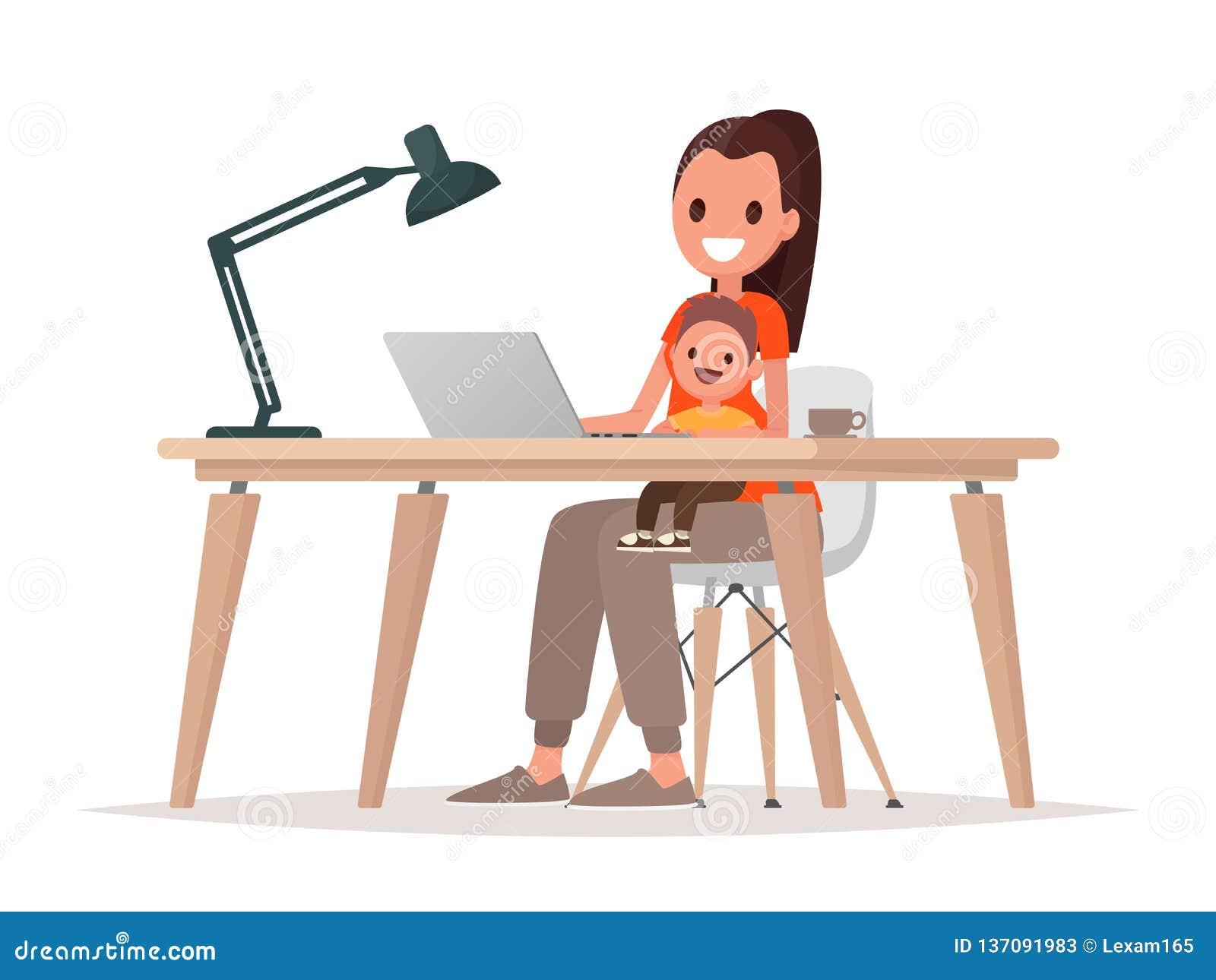 Den unga modern sitter med behandla som ett barn och arbetar på en bärbar dator Moderfreelancer, avlägset arbete hemma och lyfta