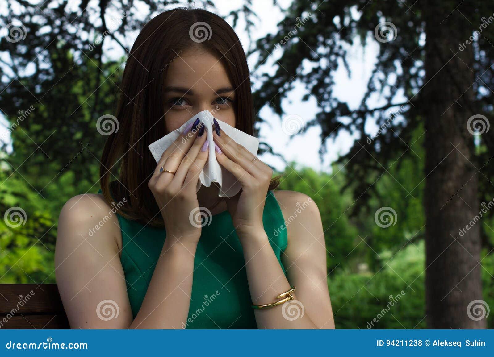 Den unga nätta kvinnan, allergi, värme väder