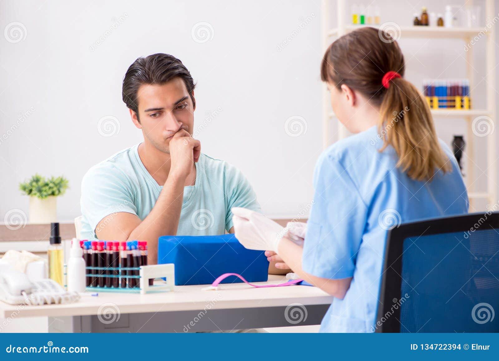 Den unga patienten under tillvägagångssätt för provtagning för blodprov