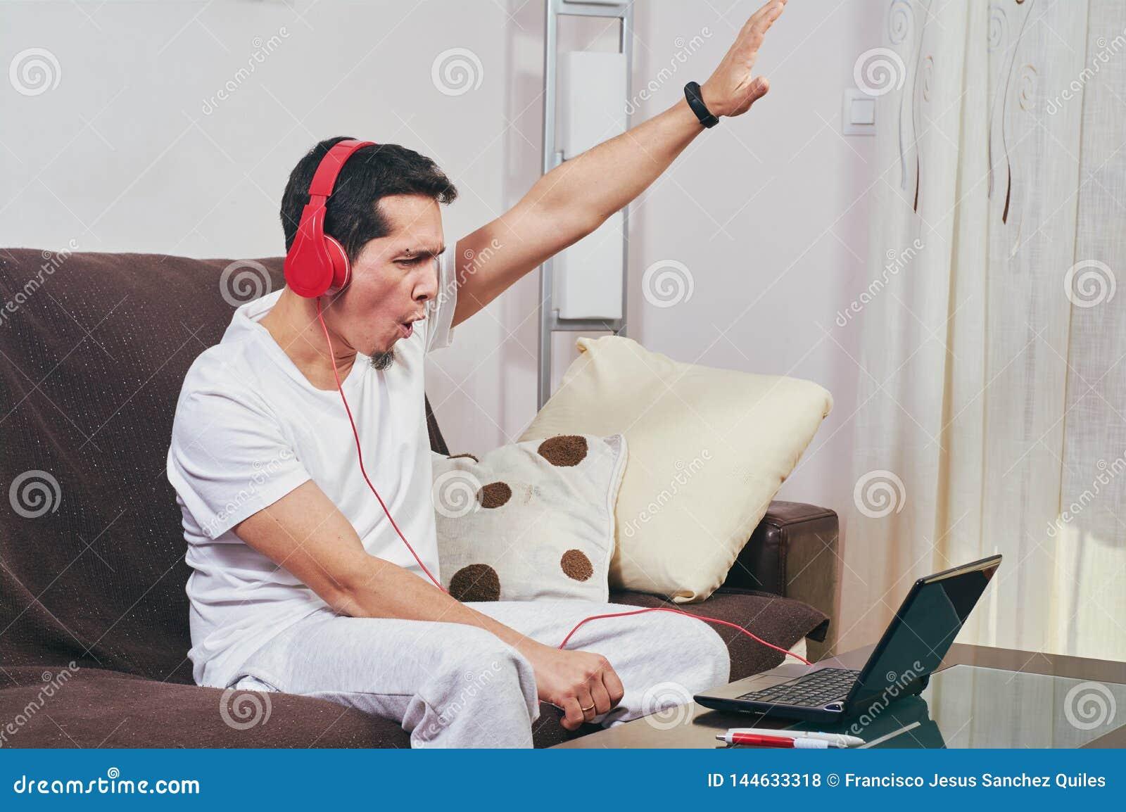 Den unga pojken tycker om att lyssna till musik
