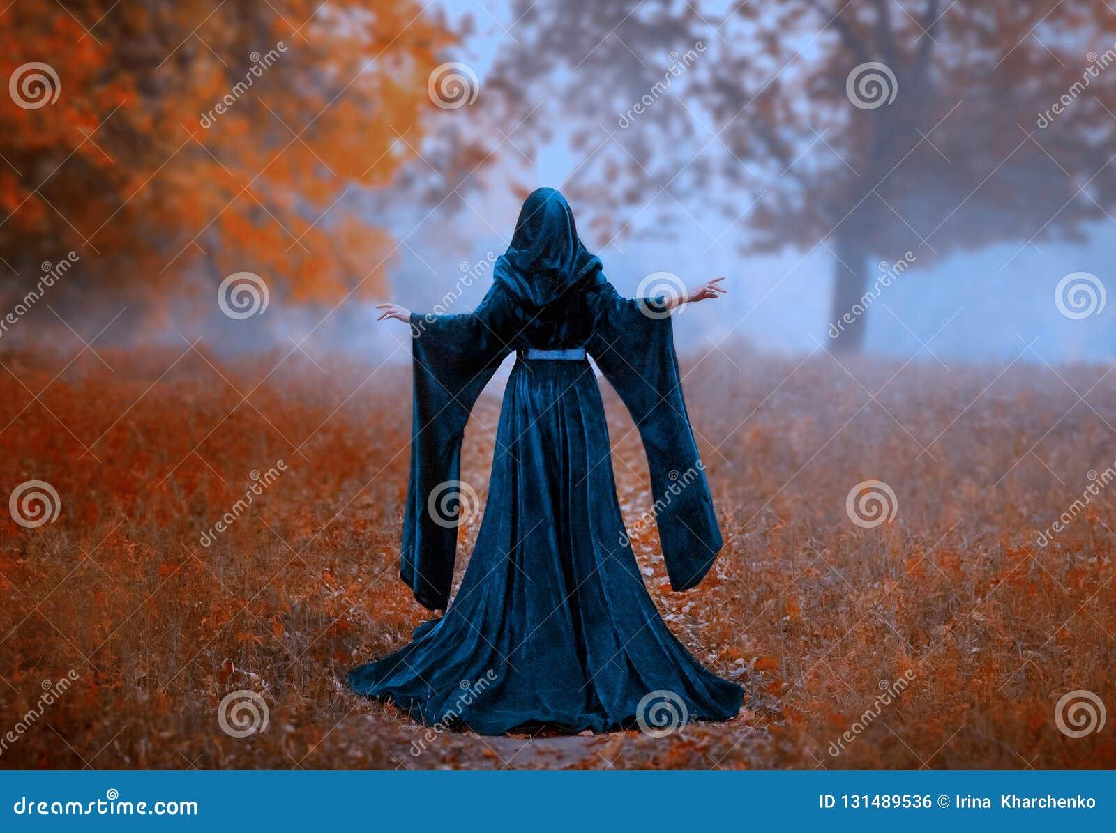 Den unga priestessen rymmer en hemlig ritual av offret, är bara i höstskogen på en stor glänta den flydda drottningen bar