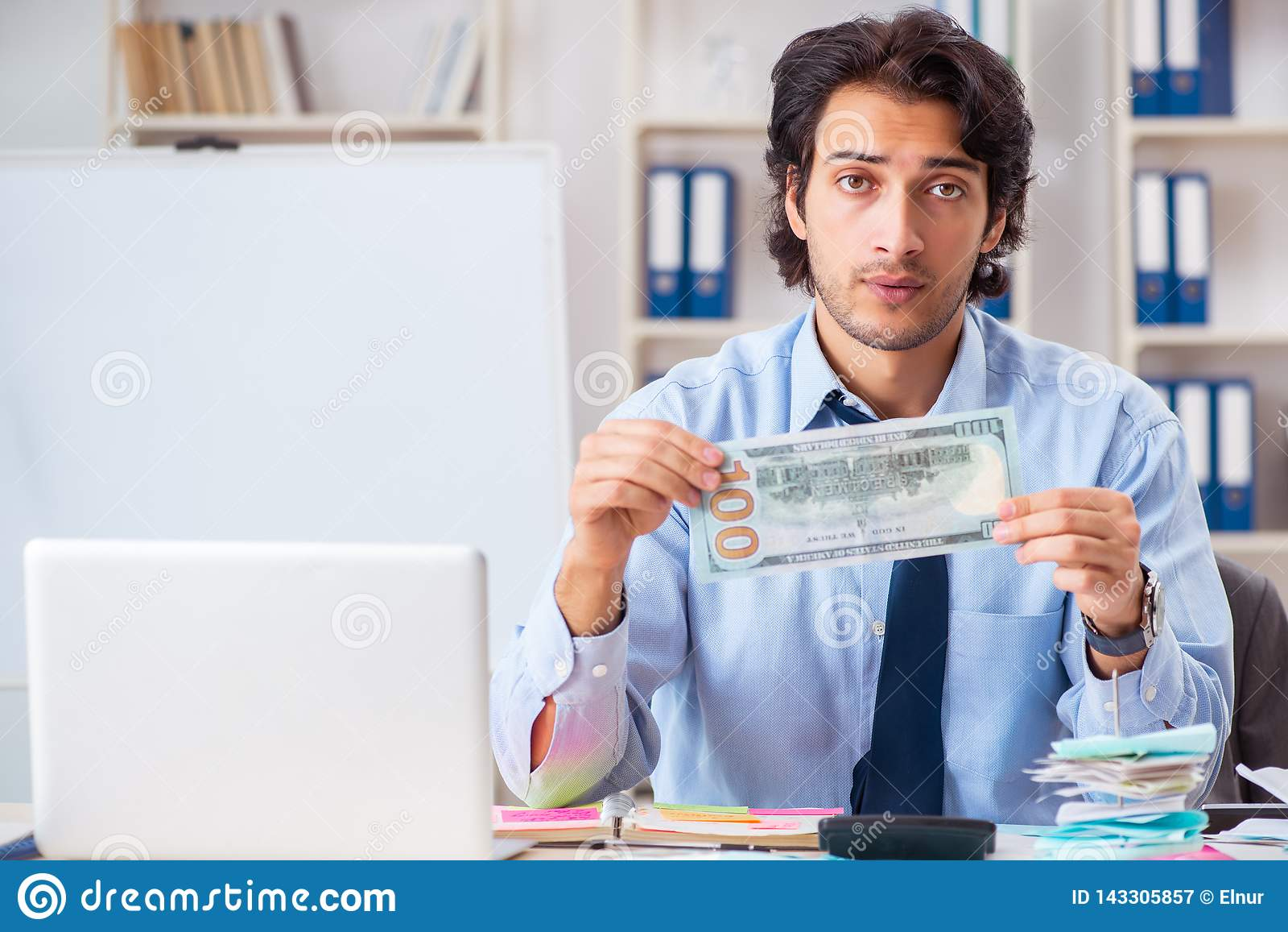 Den unga stiliga affärsmannen i budget som planerar begrepp