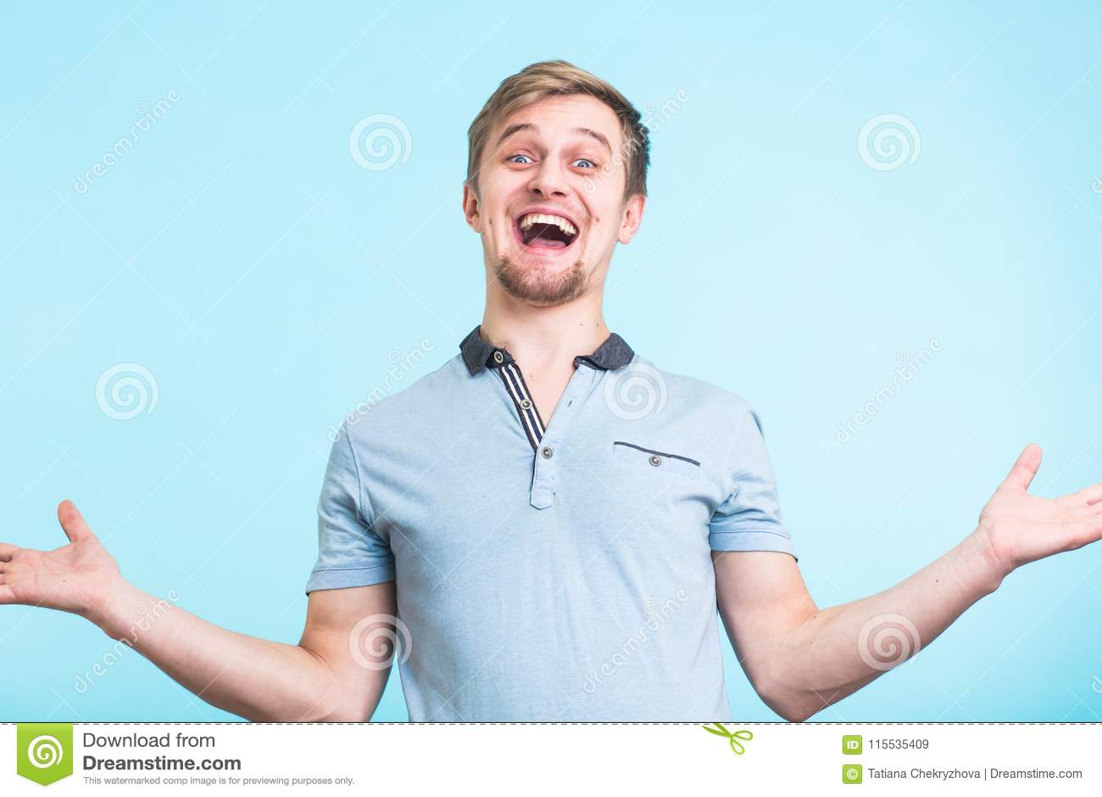 Den upphetsade mannen utropade i lycka, gester aktivt, den uttryckta stora surprisementen, över blå bakgrund