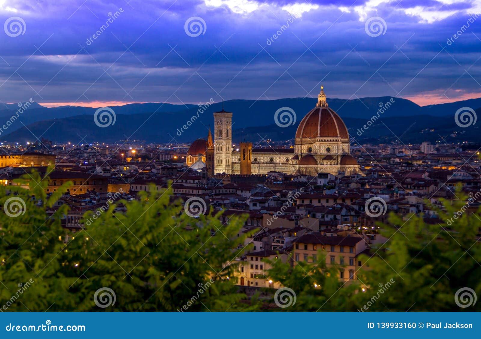 Den upplysta duomoen i Florence, Italien under den blåa timmen