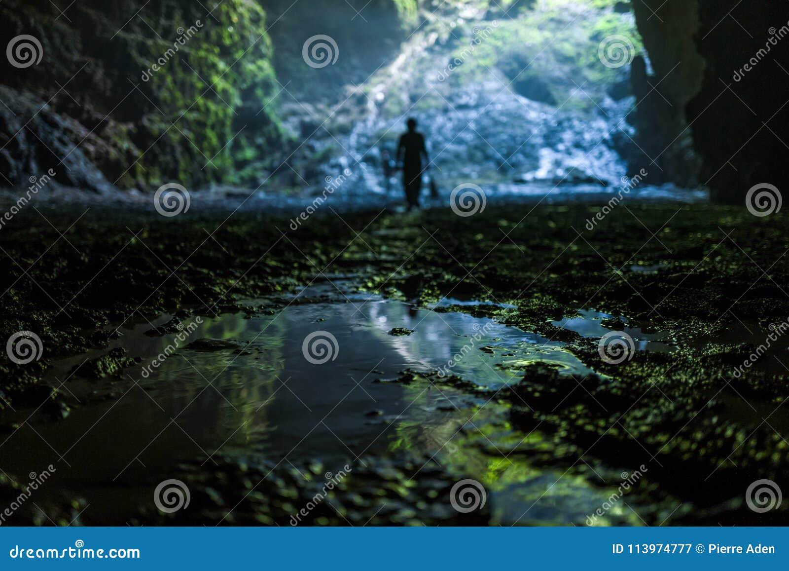 Den upplysta grottan på Goa Jomblang turnerar nära Yogyakarta, Indonesien
