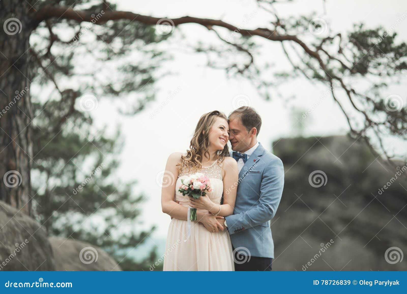 Den ursnygga bruden, ansar att kyssa och att krama nära klipporna med att bedöva sikter