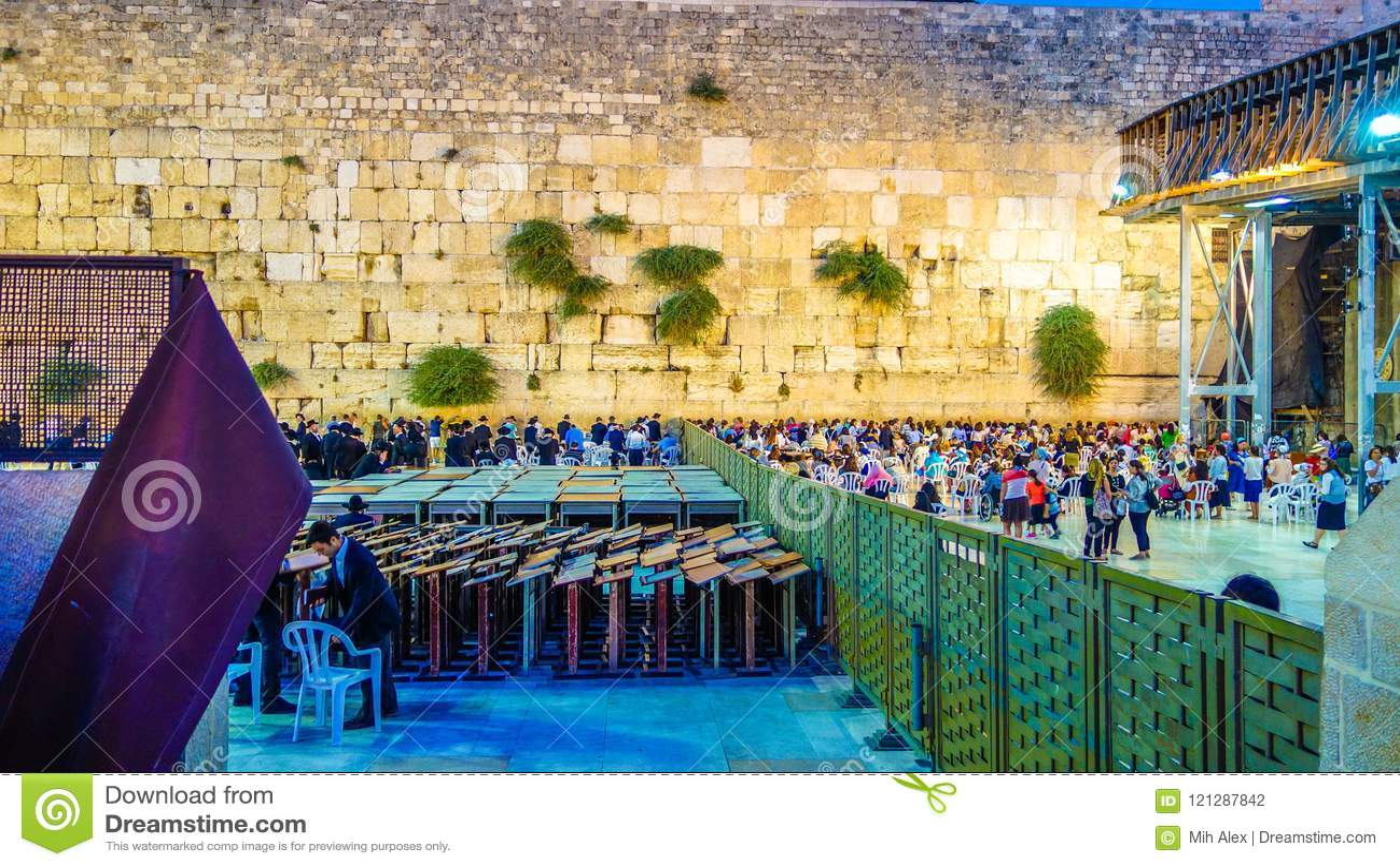 Den västra väggen i Jerusalem är ett viktigt judiskt sakralt ställe