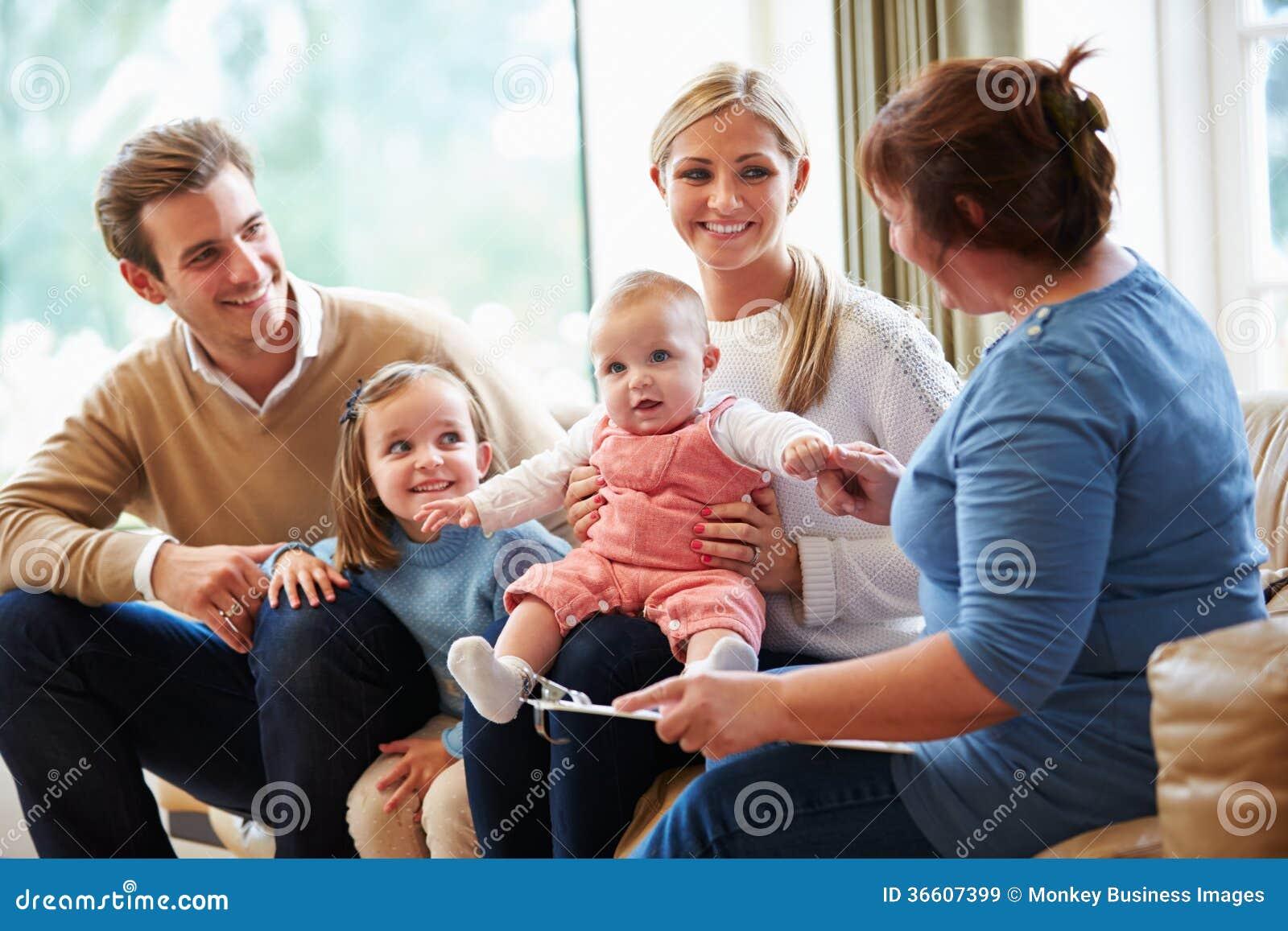 Den vård- besökaren som talar till familjen med barn, behandla som ett barn