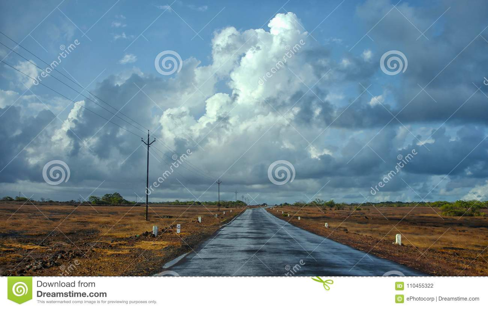 Den våta vägen med mörker fördunklar under monsun