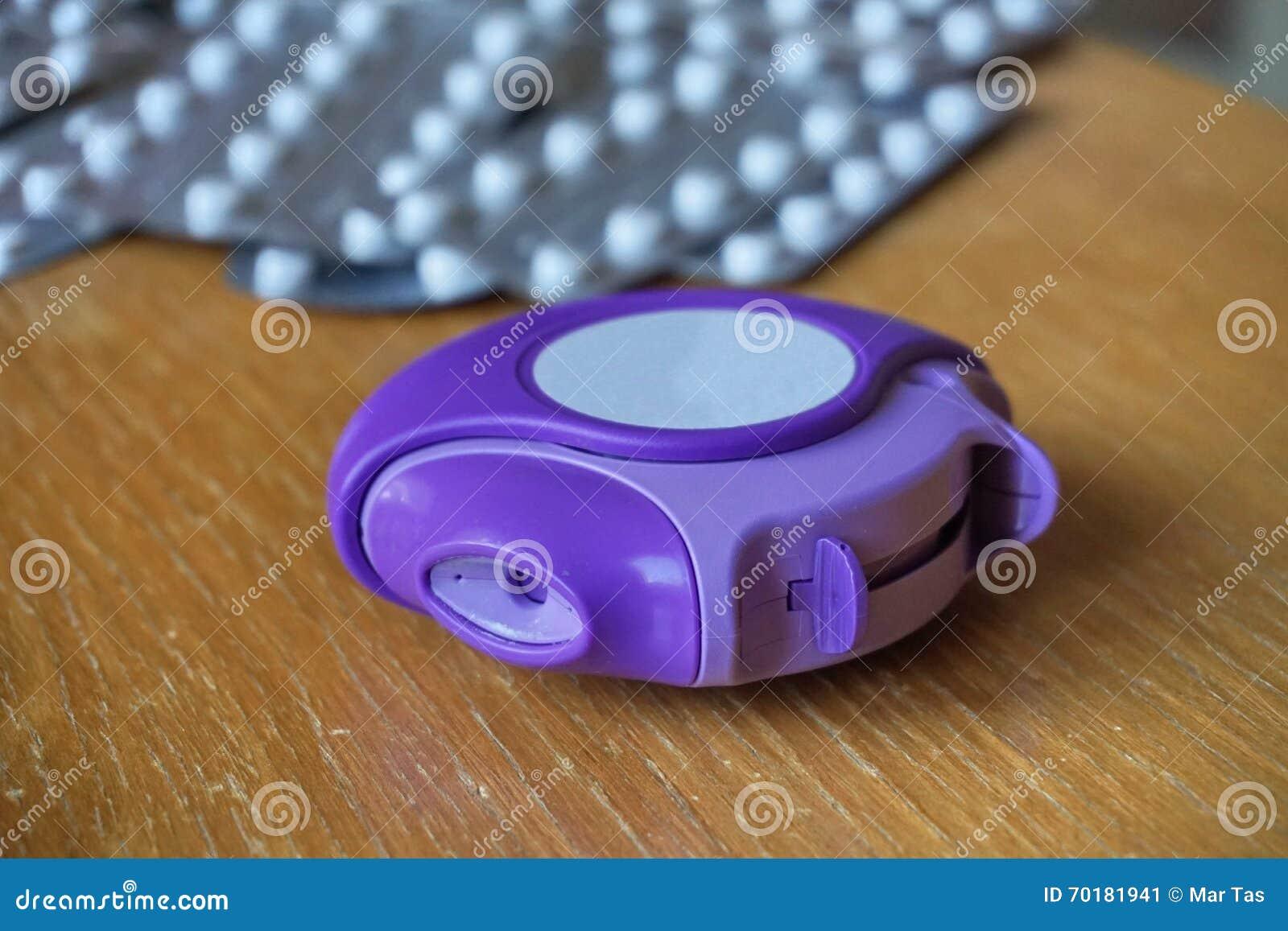 Den van vid allergiinhalatorn förminskar allergisk och astmareaktion i blått och violetfärg