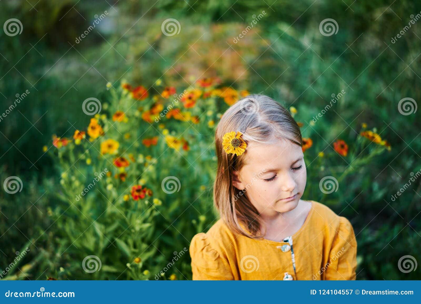 Den varma färgblommalilla flickan stängde ögondrömsömn