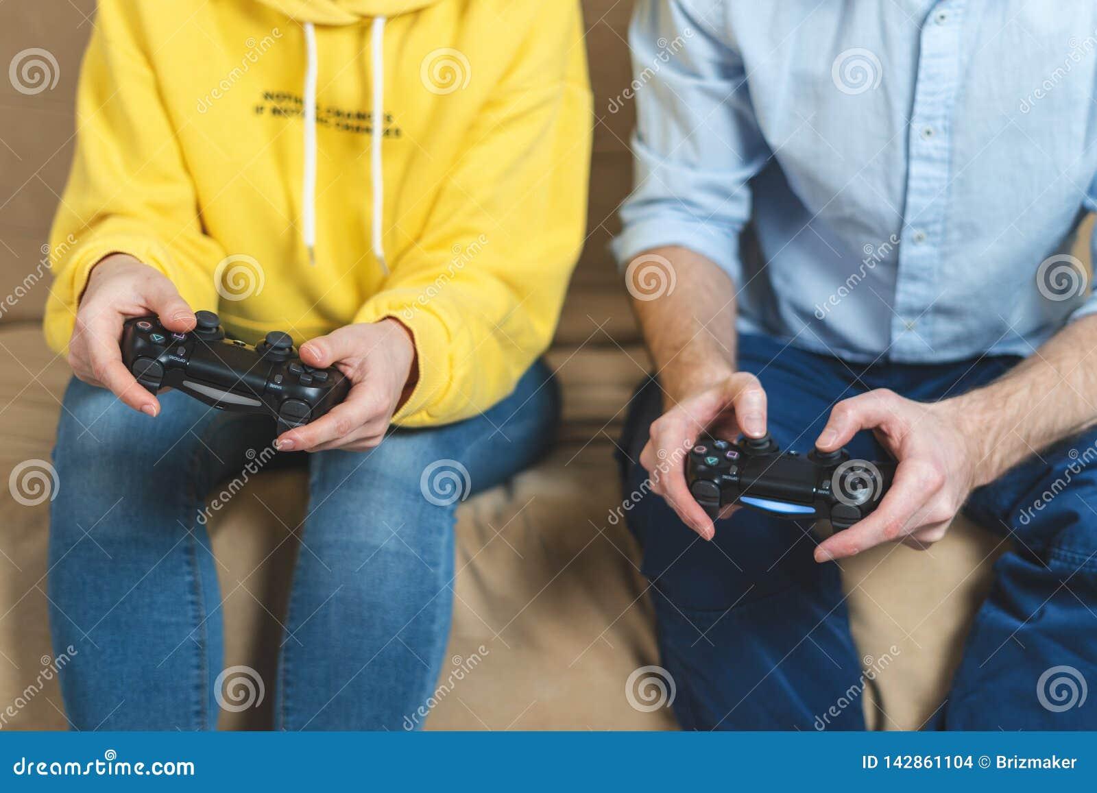 An den Videospielen zu Hause Zweipersonenspielen