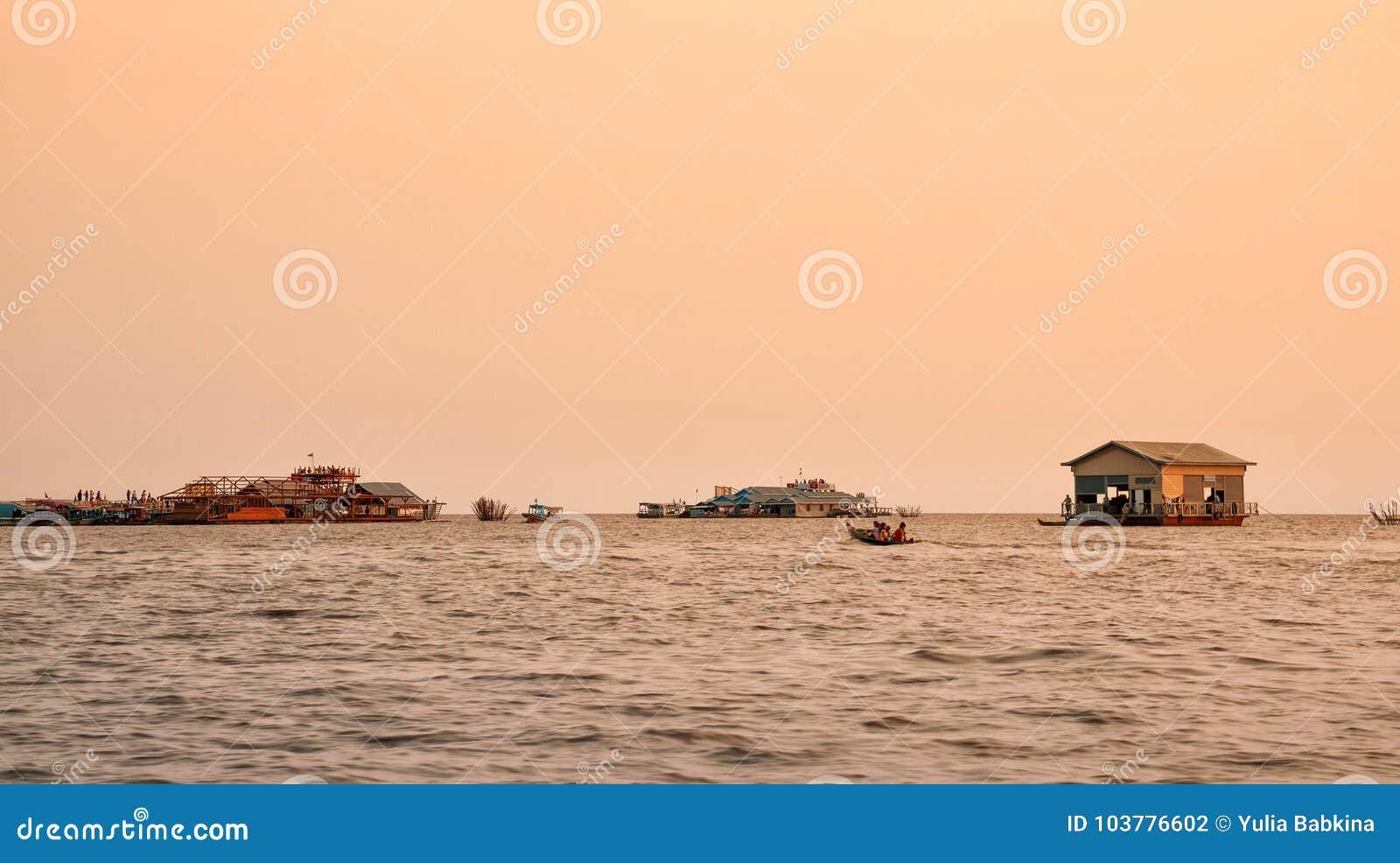 Den vietnamesiska sväva byn på sjön Tonle underminerar, Cambodja