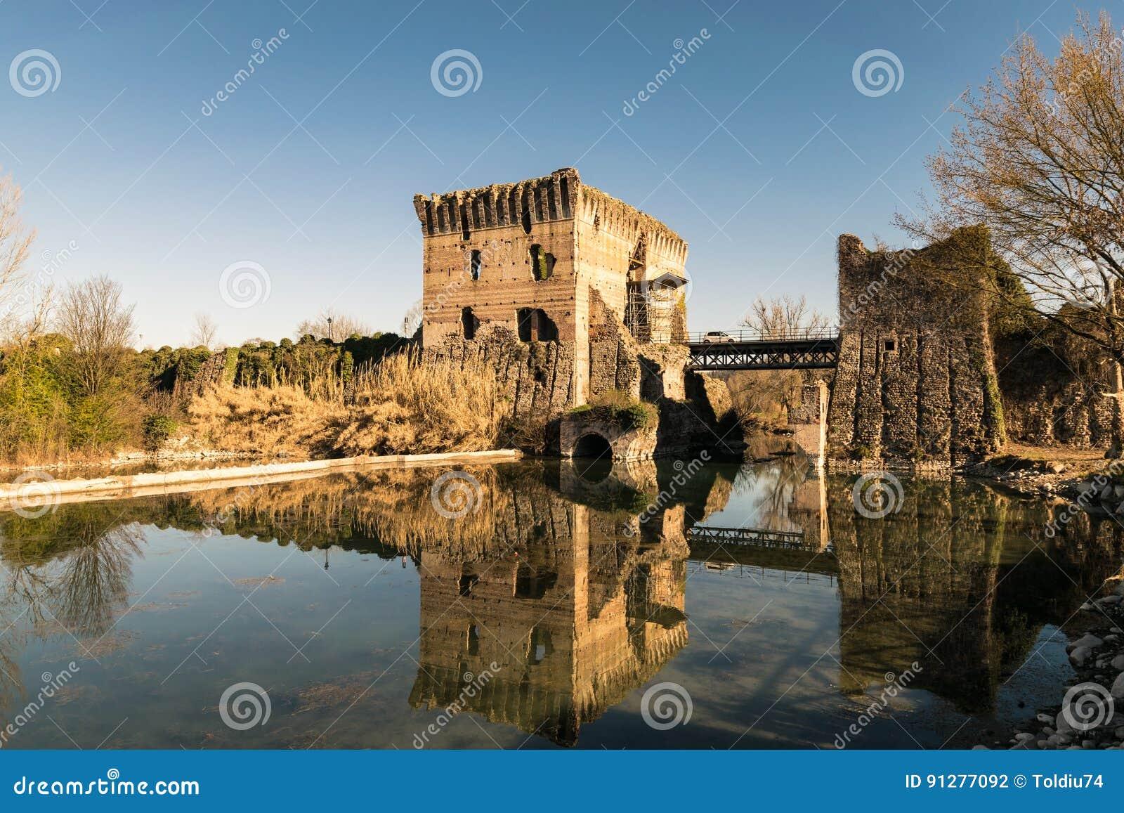 Den Visconti bron i Valeggio sul Mincio, Italien