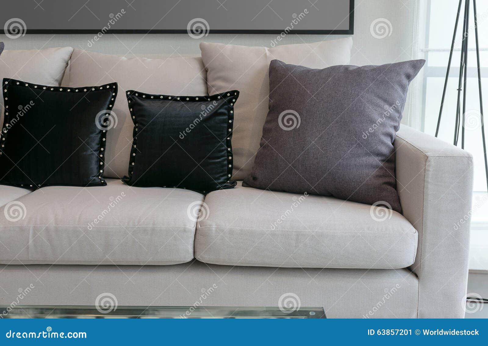 Den vita soffan med svart och grå färger kudde i vardagsrum ...