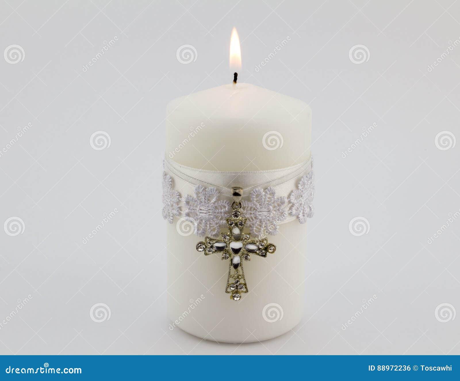 Den vita stearinljuset med snör åt, bandet och den arga hängeisolaen för kristen