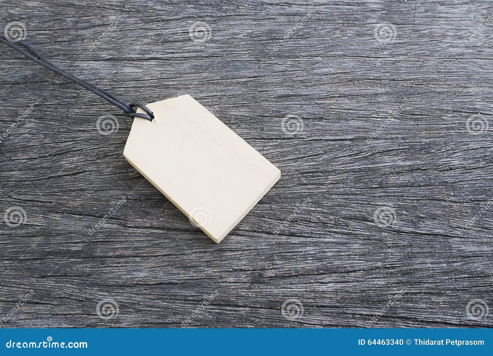 Den Wood prislappen på det wood golvet i bakgrund med kopieringsutrymme för någon text, annonserar, befordran, försäljningsbegrep