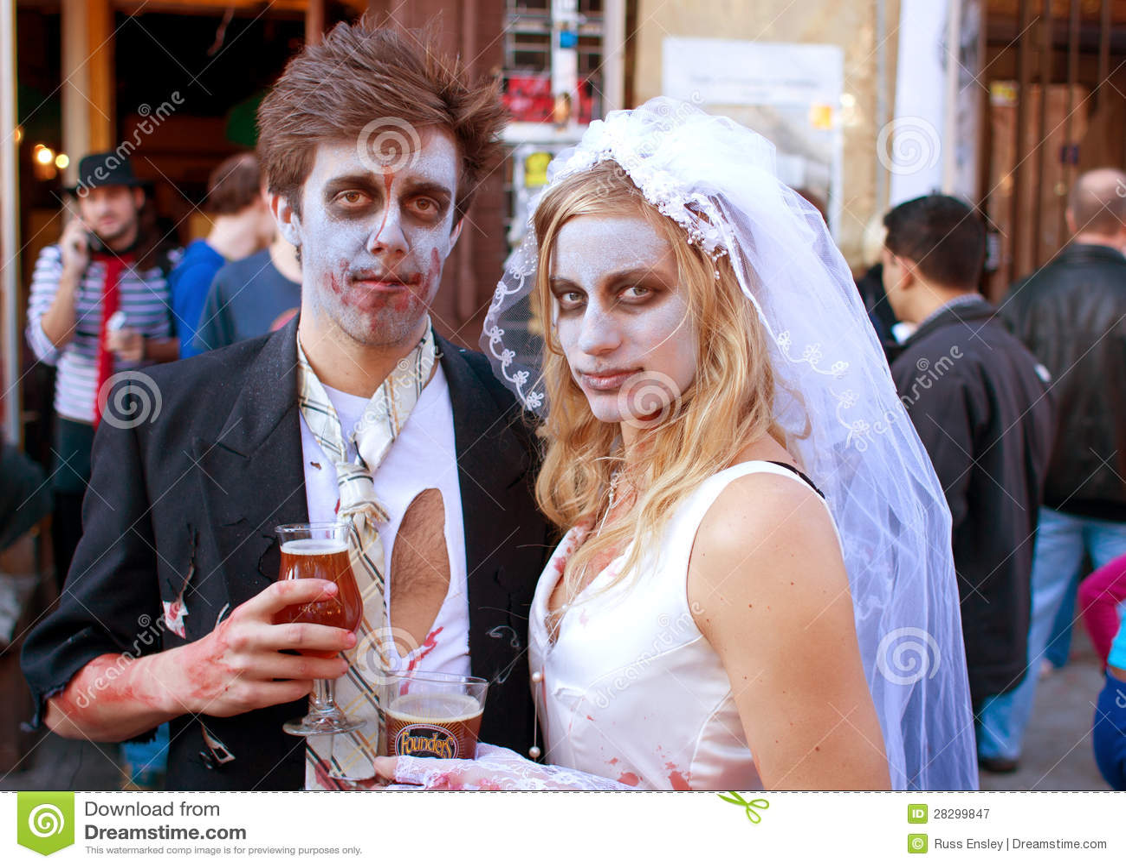 Den Zombiebruden och brudgummen tycker om en kall öl