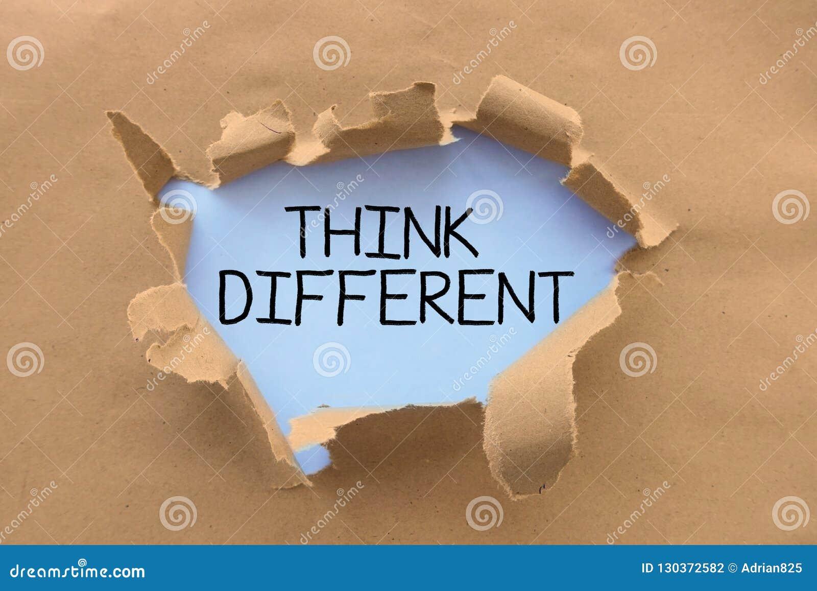 Denk verschillende raad op witte pagina, achter gescheurd pakpapier of karton met de hand geschreven