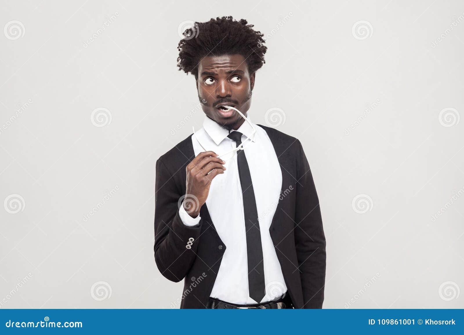 Denkend, tevreden mensen Het Afrikaanse zakenman nadenken en ziet eruit