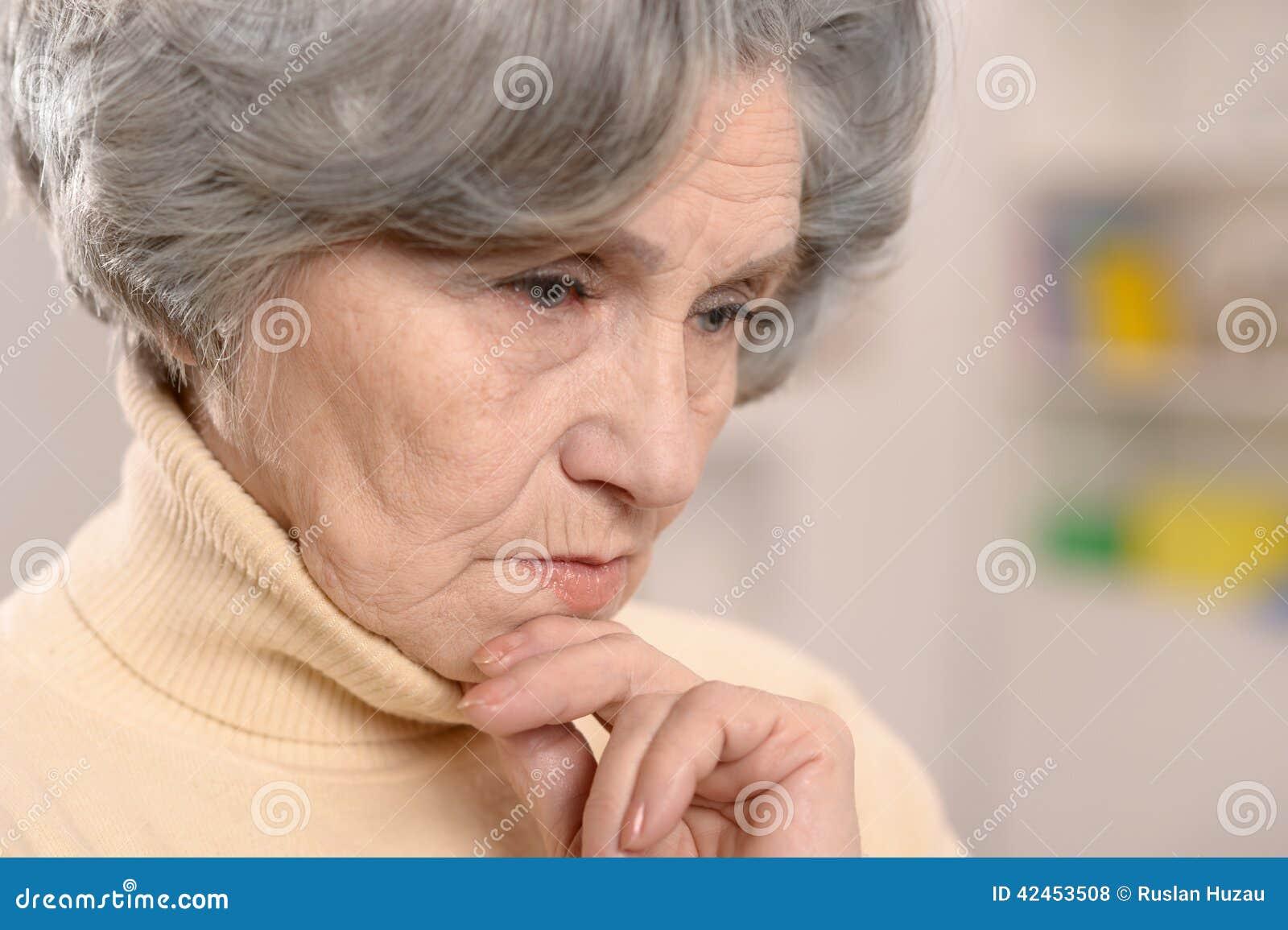 Denkende ältere Frau