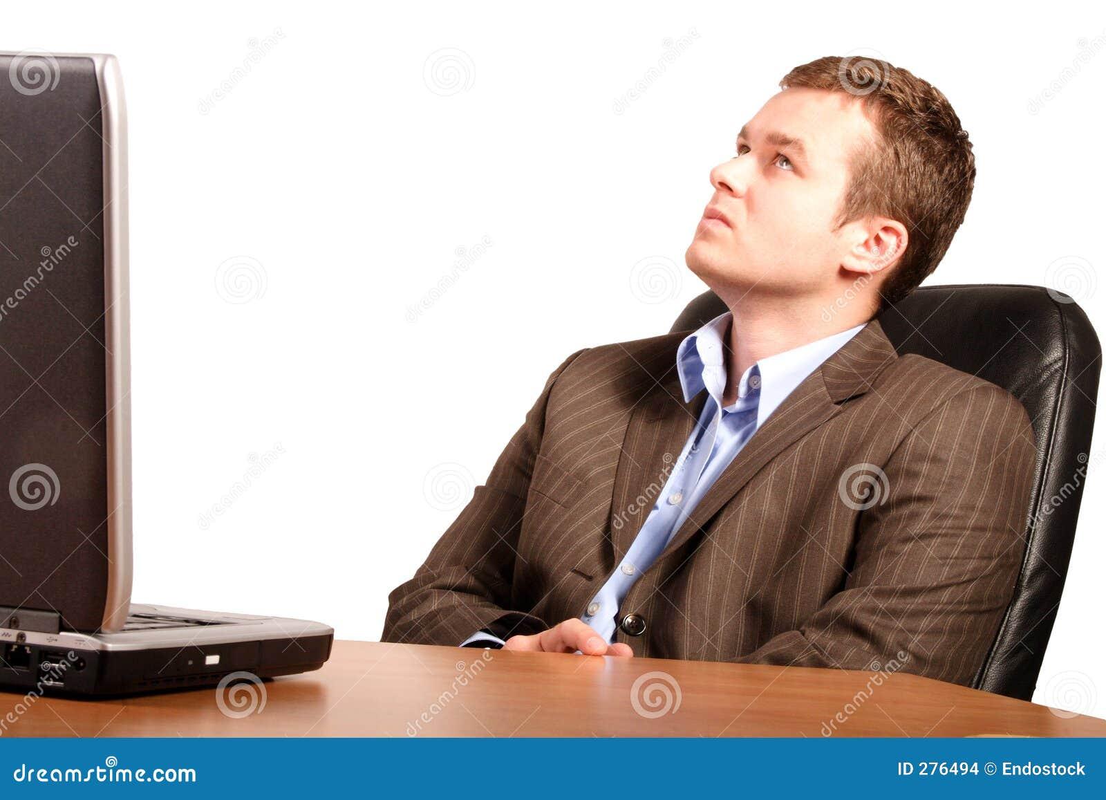 Denkende bedrijfsmens met laptop - slimme toevallig