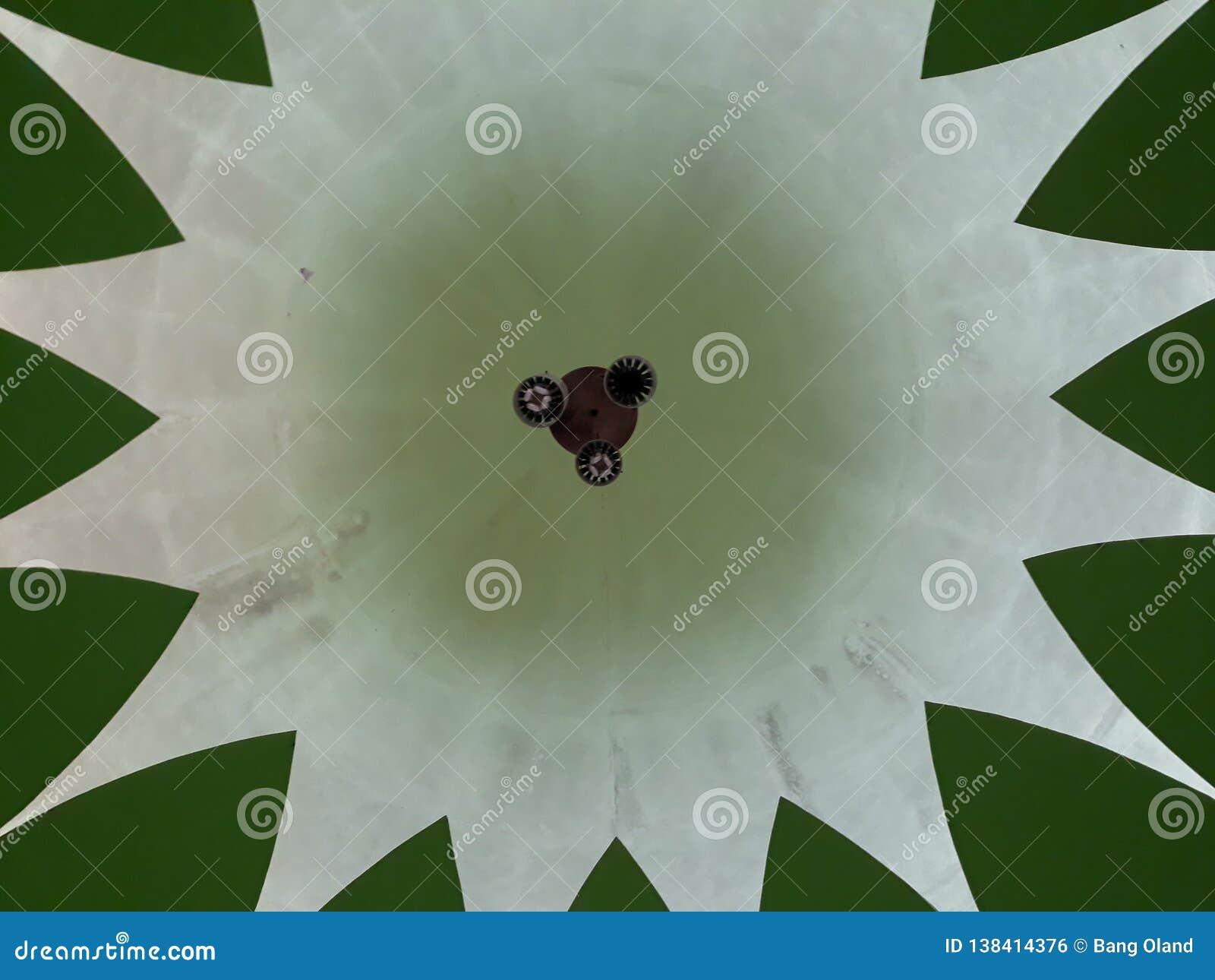 Denna är kupolen i moskén ses från över En berömd och härlig traditionell moské i Bekasi Indonesien