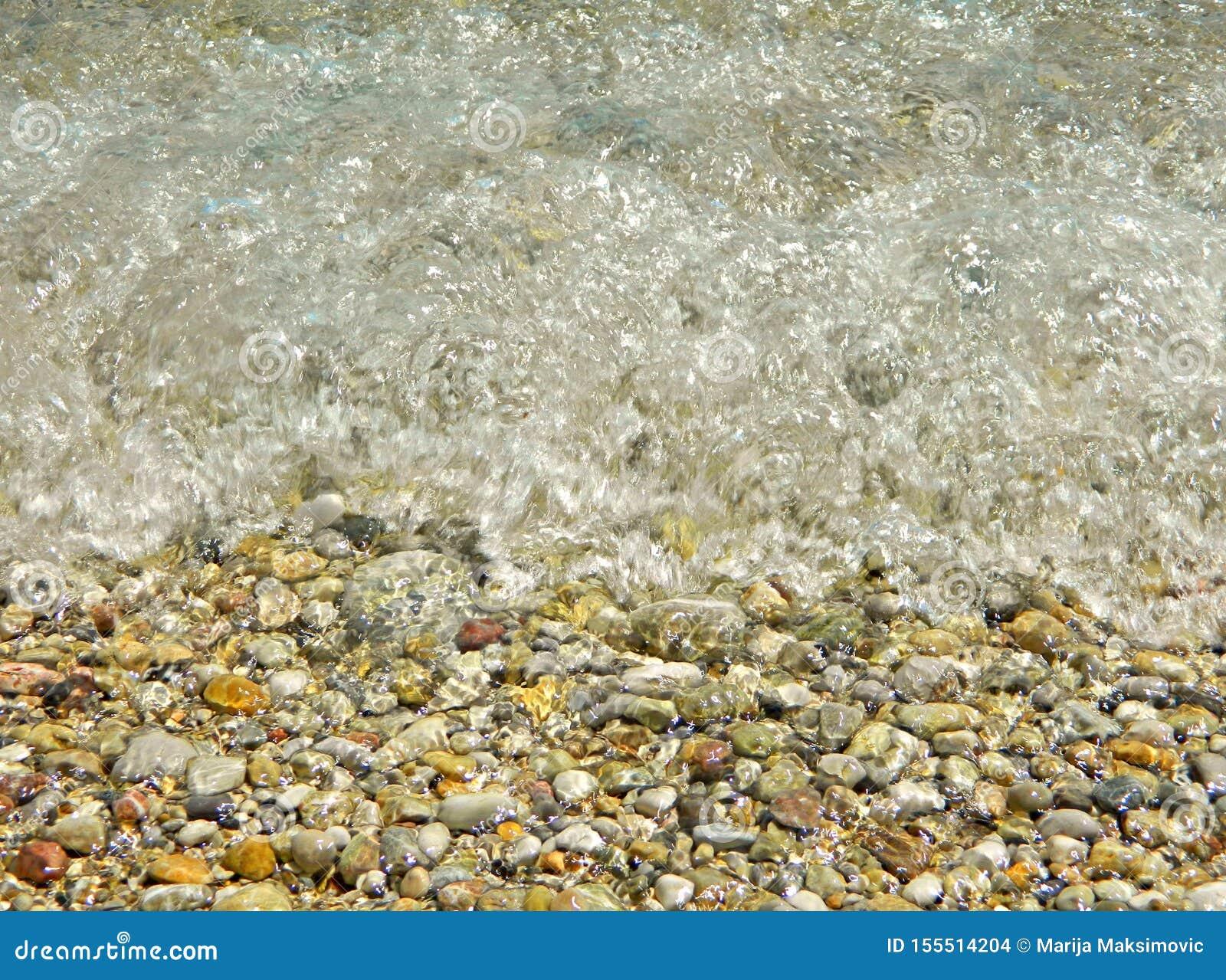 Denna fala uderza skały na plaży