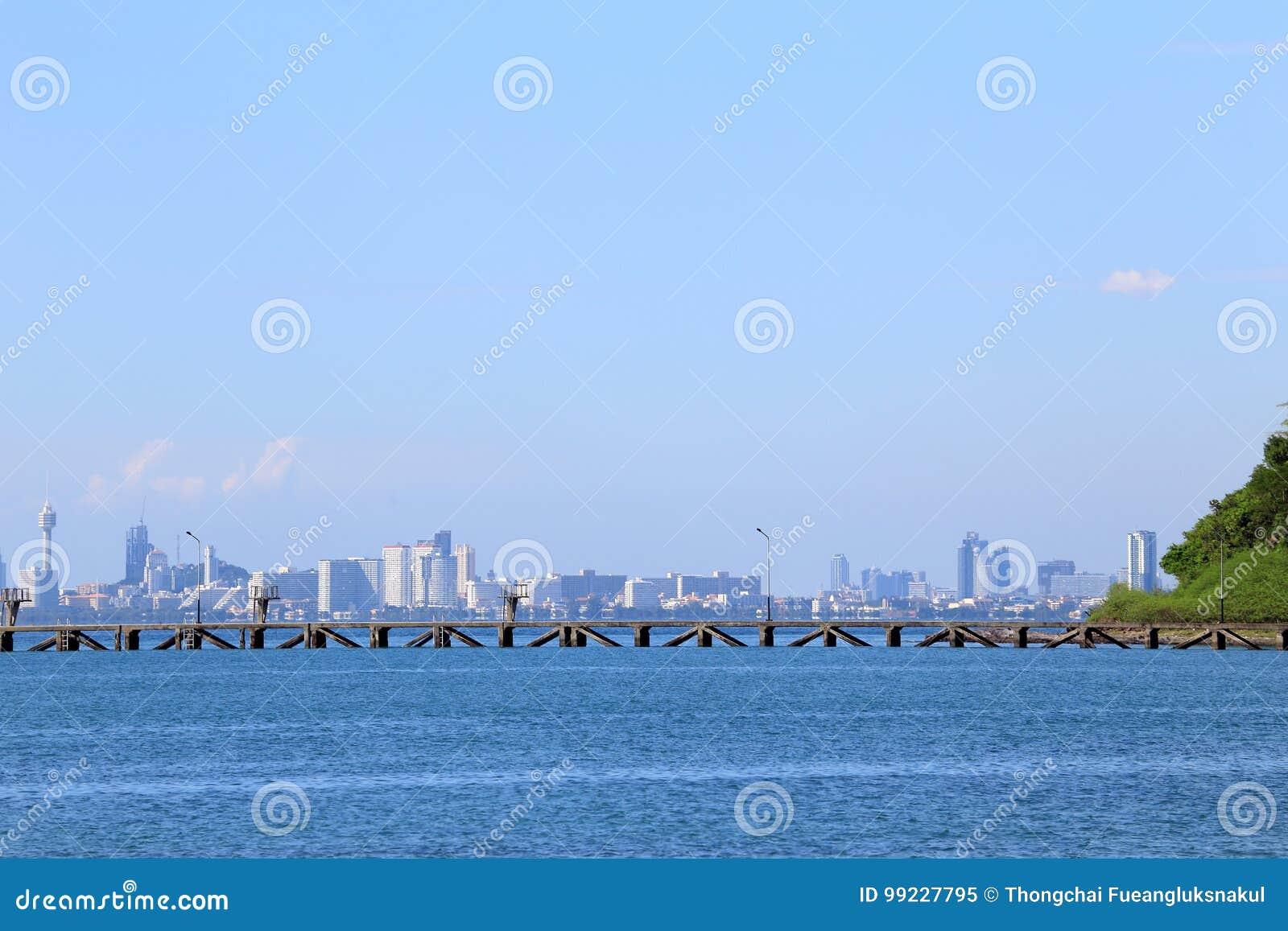 Denna plaża z niebieskim niebem, chmura i góry przy Pattaya