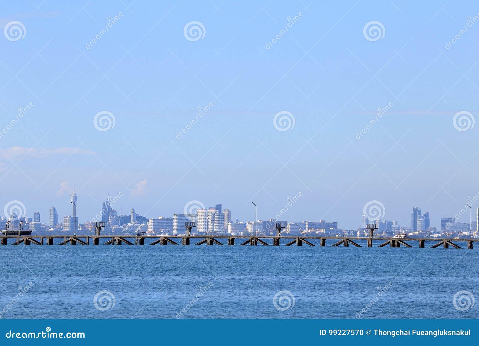 Denna plaża z niebieskim niebem, chmura i góry przy Pattaya c