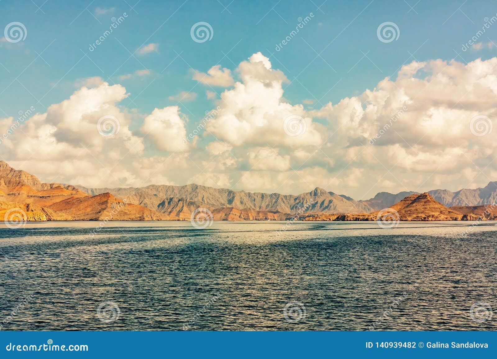 Denni i skaliści brzeg w fjords zatoka Oman, panoramiczny widok