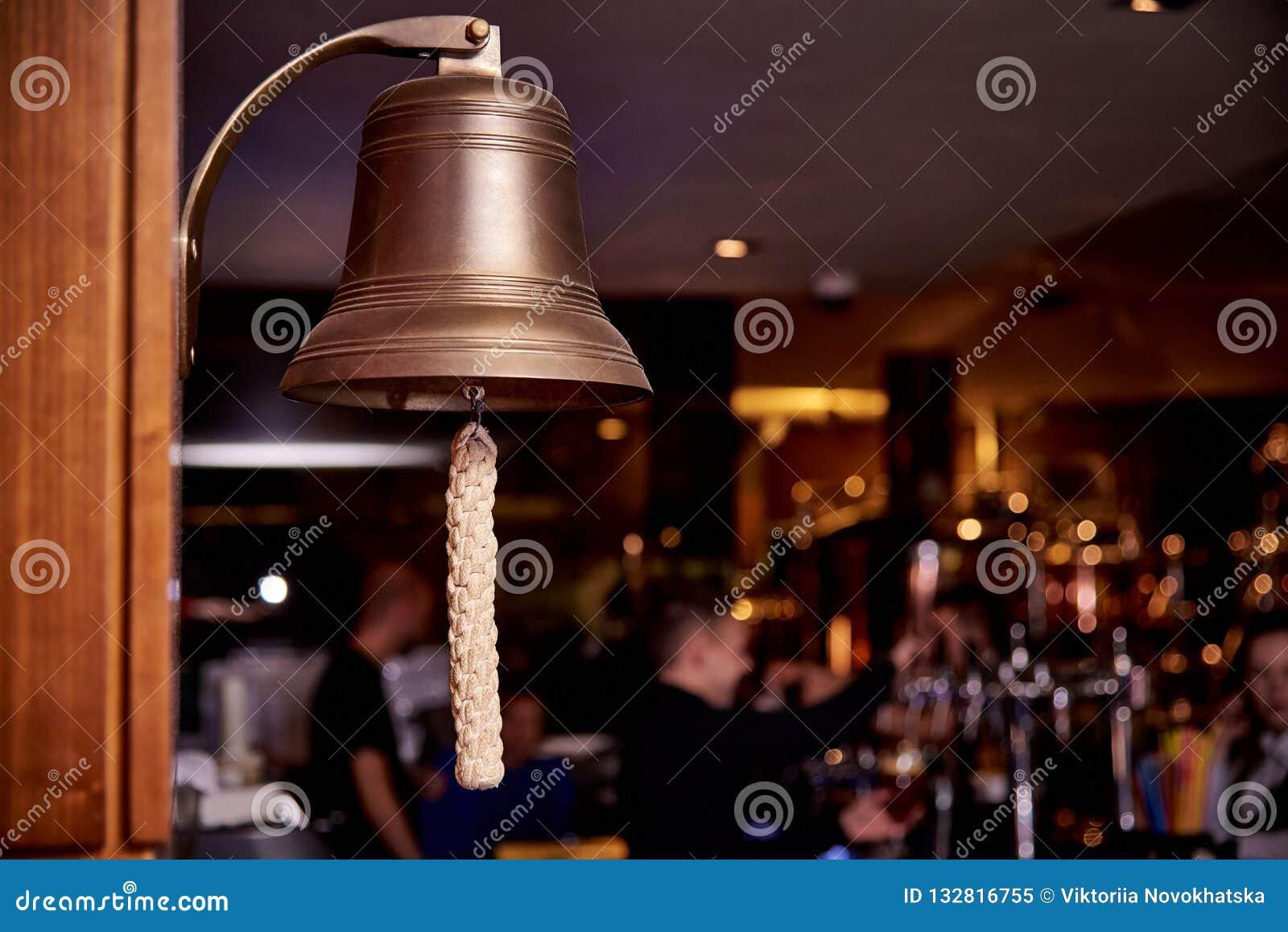 Denny dzwon na ciemnym tle bar