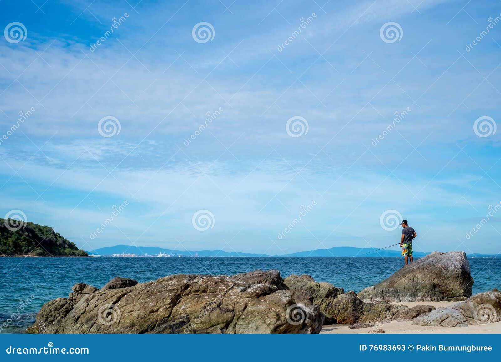 Denny głąbika i połowu mężczyzna w Pattaya plaży,