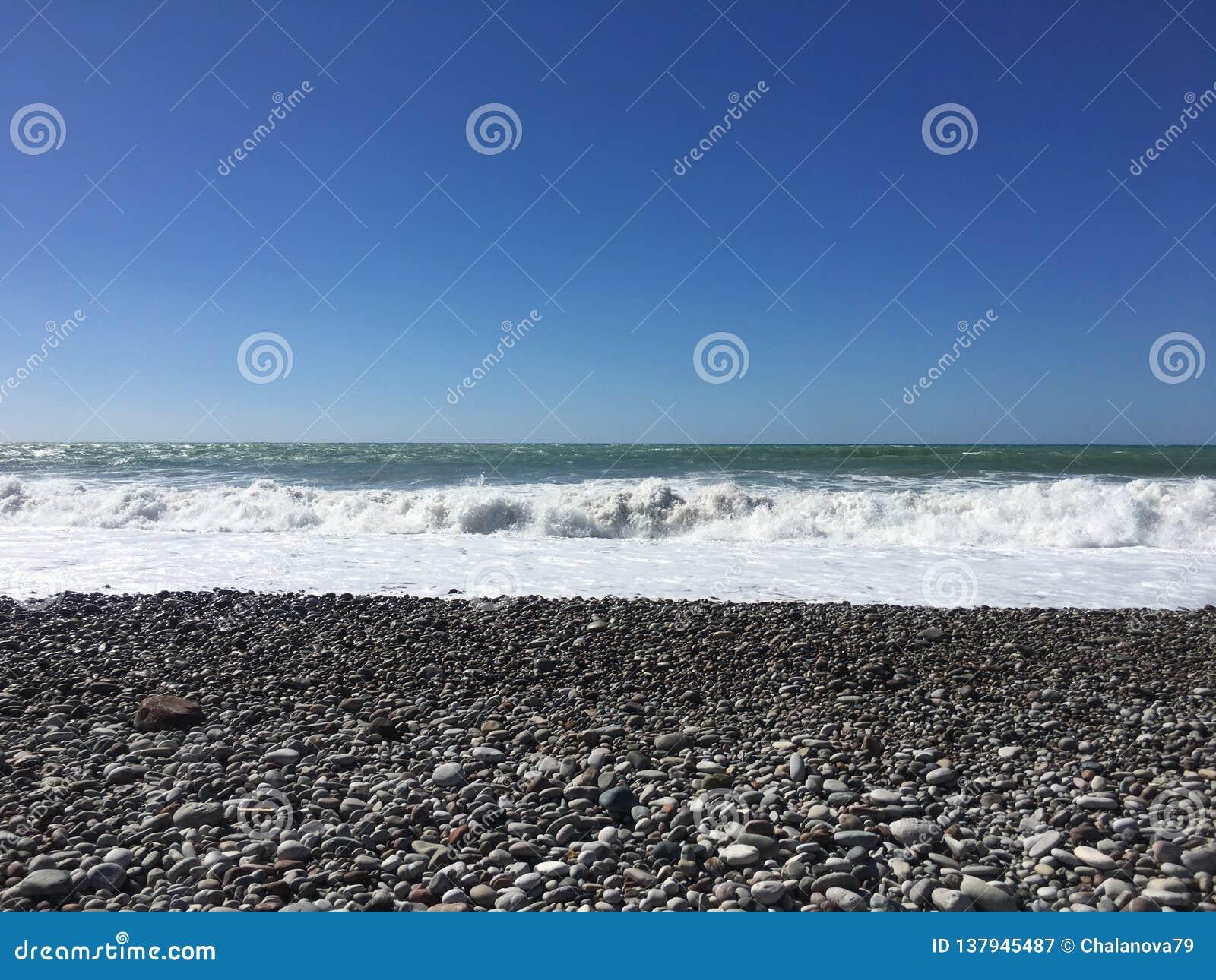 Denny widok od Cypr Paphos plaży z pogodnym niebem morze śródziemnomorskie z małymi falami plażowej brzegowej cibory śródziemnomo