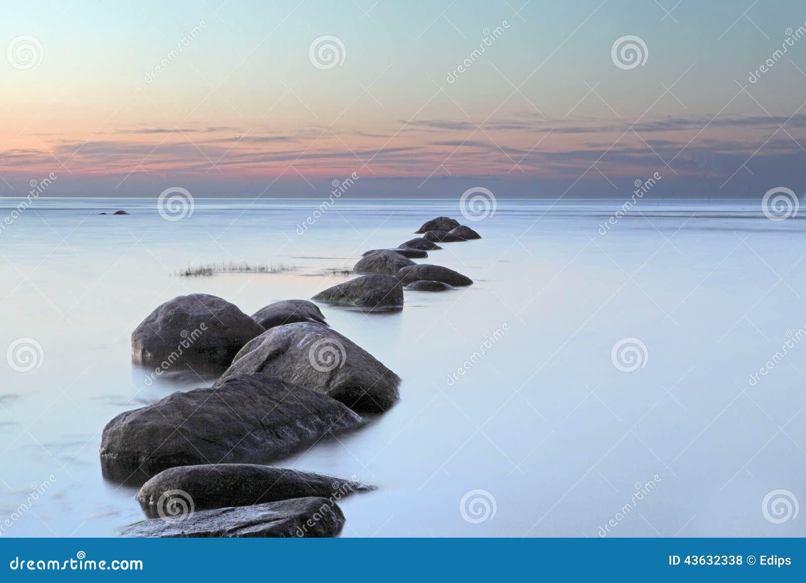 Denny wschód słońca w morzu bałtyckim przy Latvia