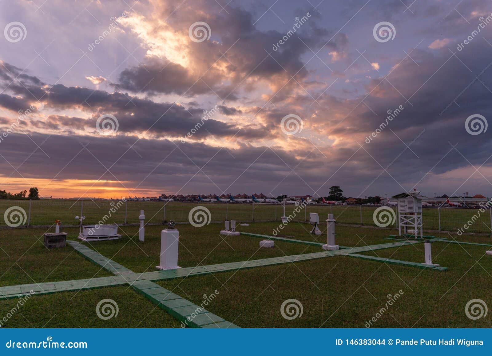 DENPASAR/BALI- 23-ЬЕ АПРЕЛЯ 2019: взгляд метеорологического парка инструмента на международном аэропорте Ngurah Rai выглядит зеле