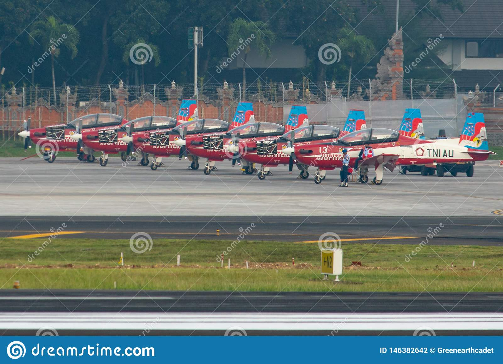 DENPASAR/BALI-APRIL 16 2019年:属于印度尼西亚空军的七架木星队飞机停放在围裙