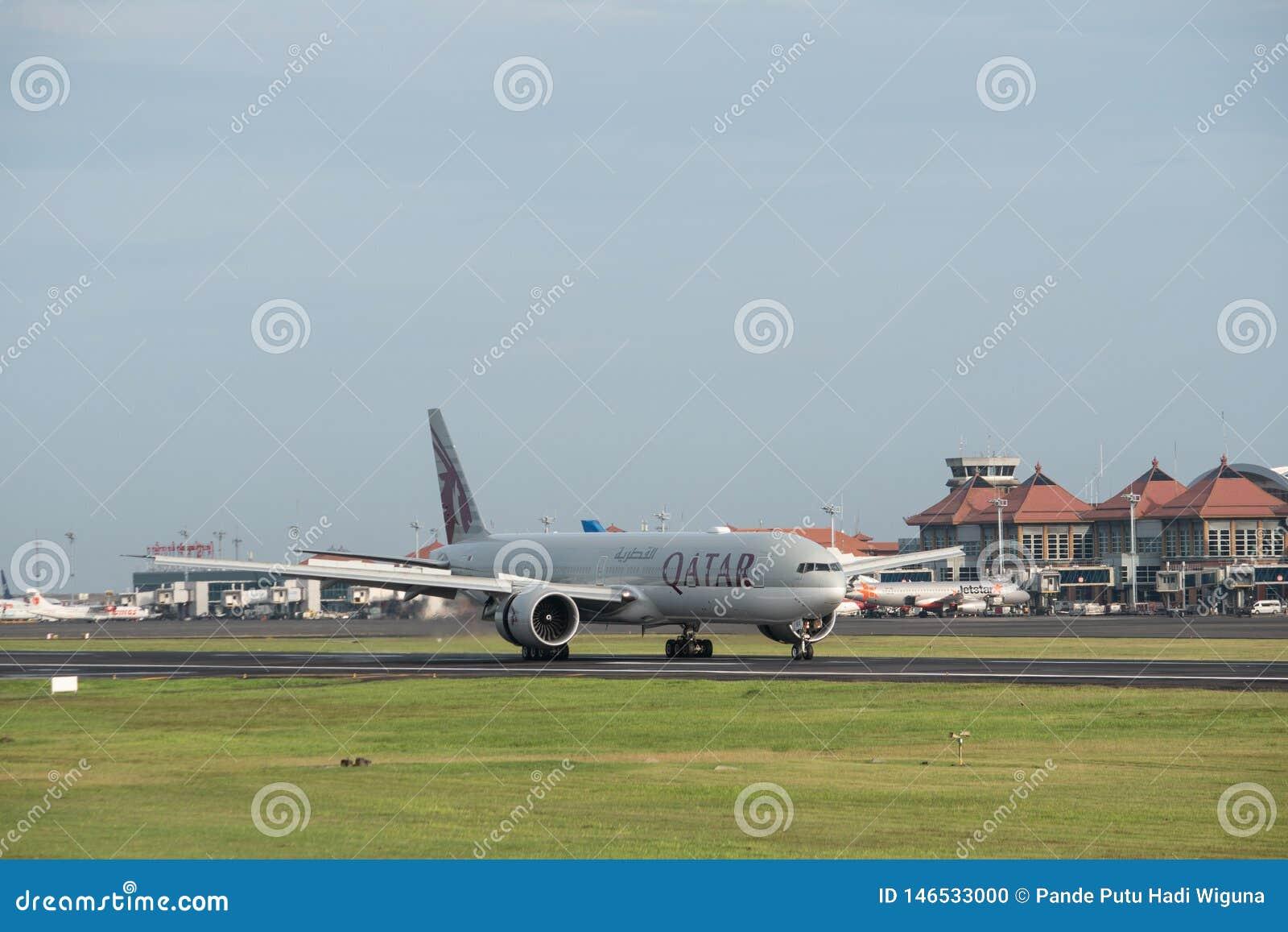 DENPASAR/BALI-, 20. APRIL 2019: Die Verkehrsflugzeuge, die durch wei?e indonesische Garuda-Fluglinien besessen werden, gehen f?r