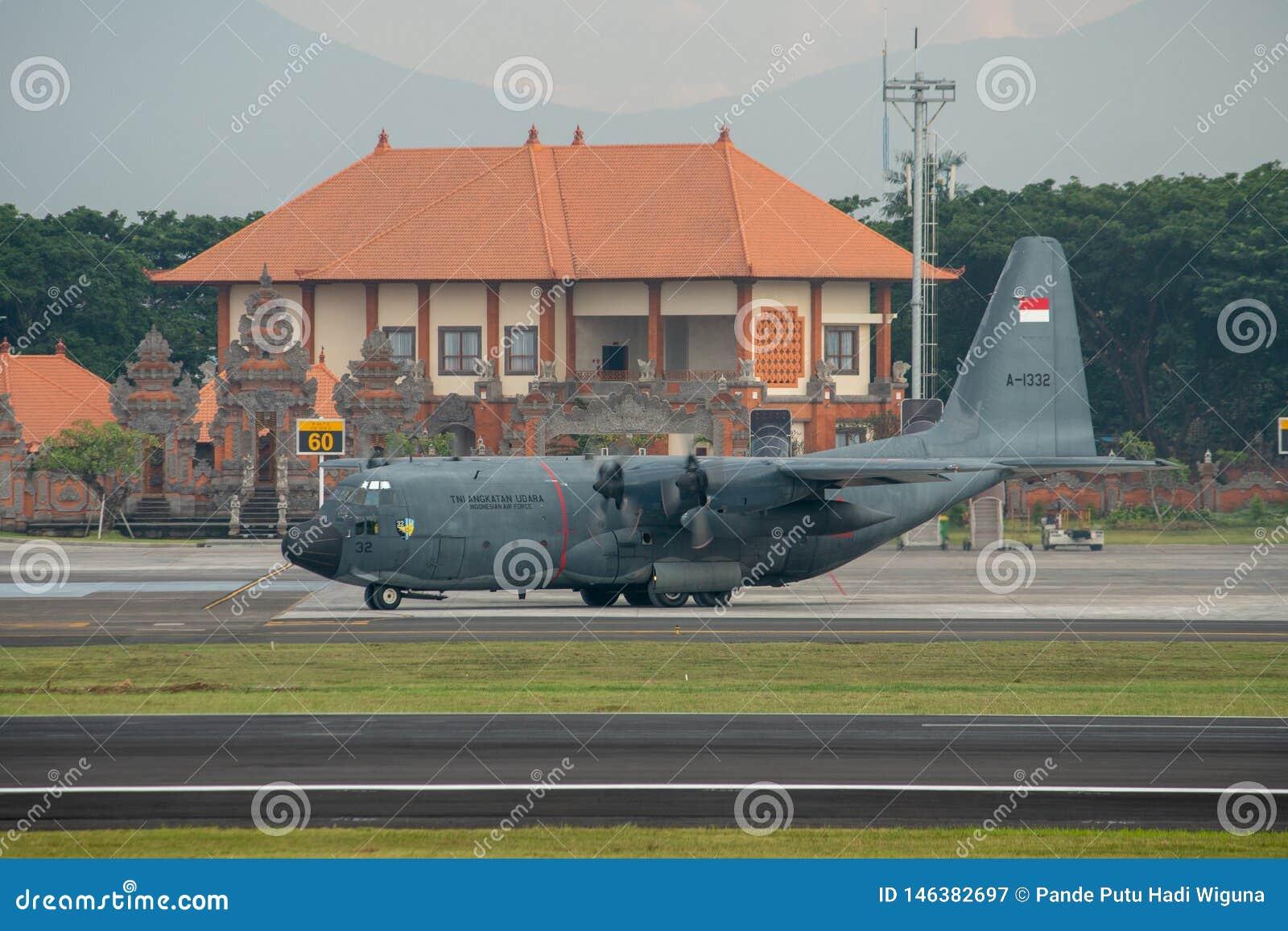 DENPASAR/BALI-, 16. APRIL 2019: Militärflugzeuge der indonesischen Luftwaffe bereiten vor sich sich zu entfernen